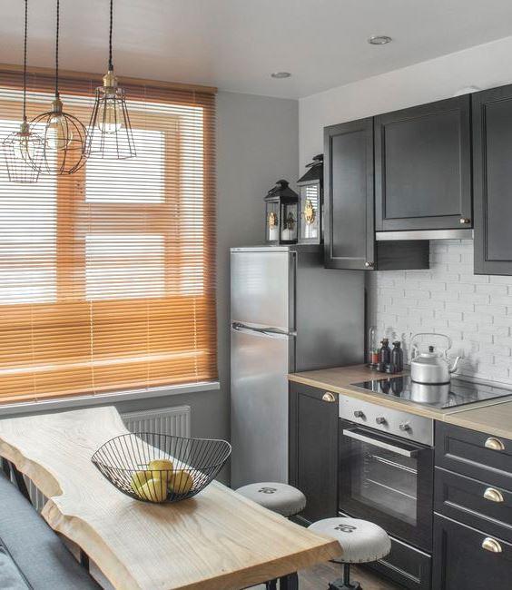 Кухня с холодильником и печью