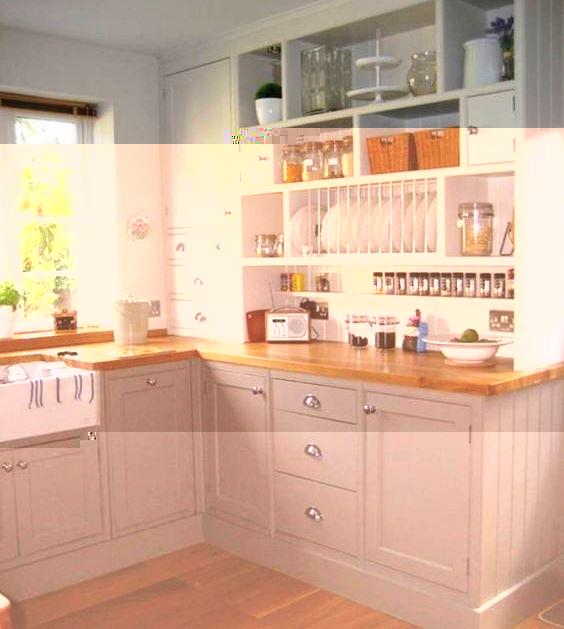 Кухня удобная с большим количеством полочек