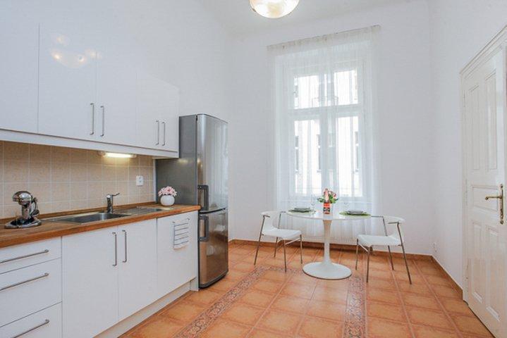 Светлая кухня в просторной комнате